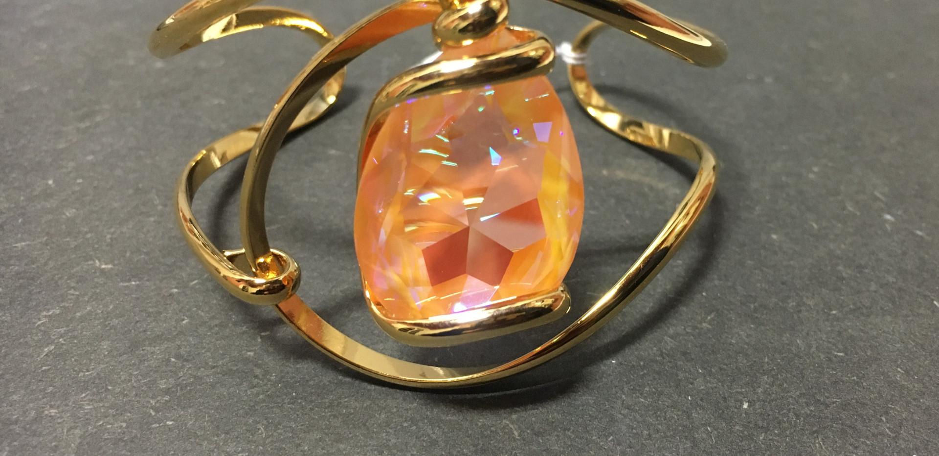 Zoom sur le bracelet, cristal poire orange, plaqué or jaune.