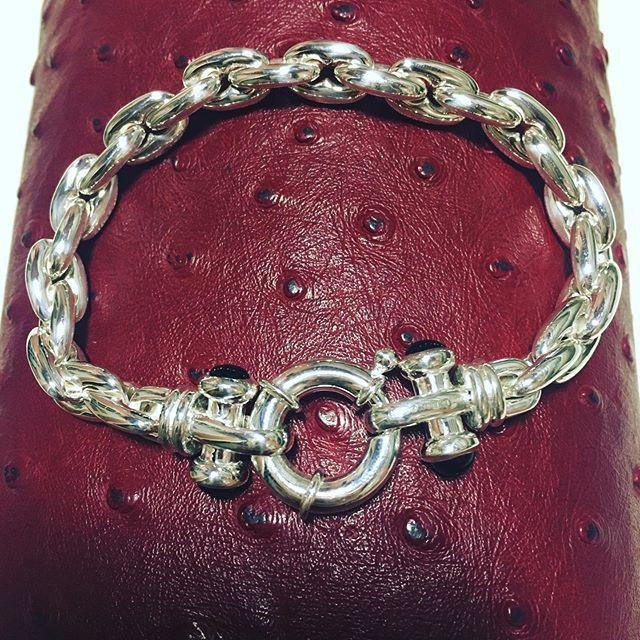Bracelet Massif signé Guiot de Bourg, maille et fermoir boué serti onyx.