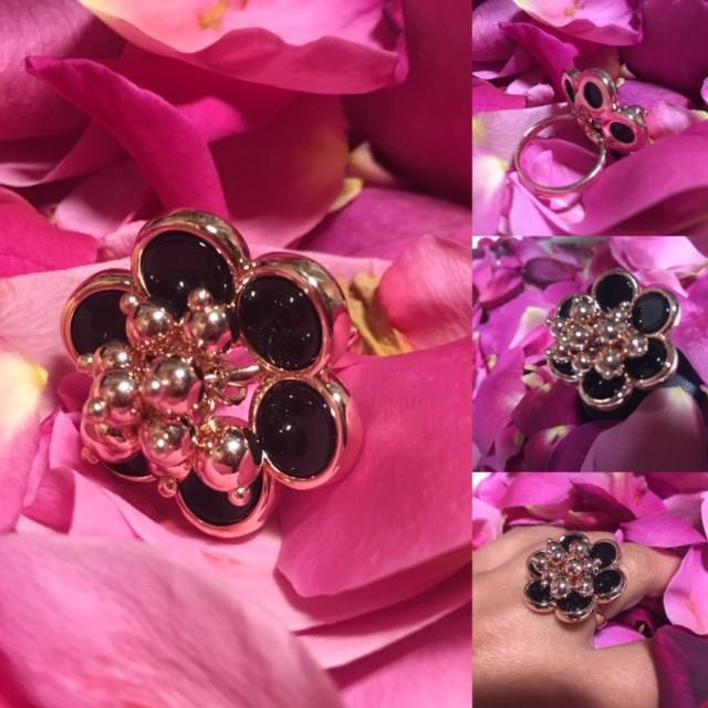 Aérienne bague fleur, pétale serti d'onyx. Corps de bague plaqué or rose.