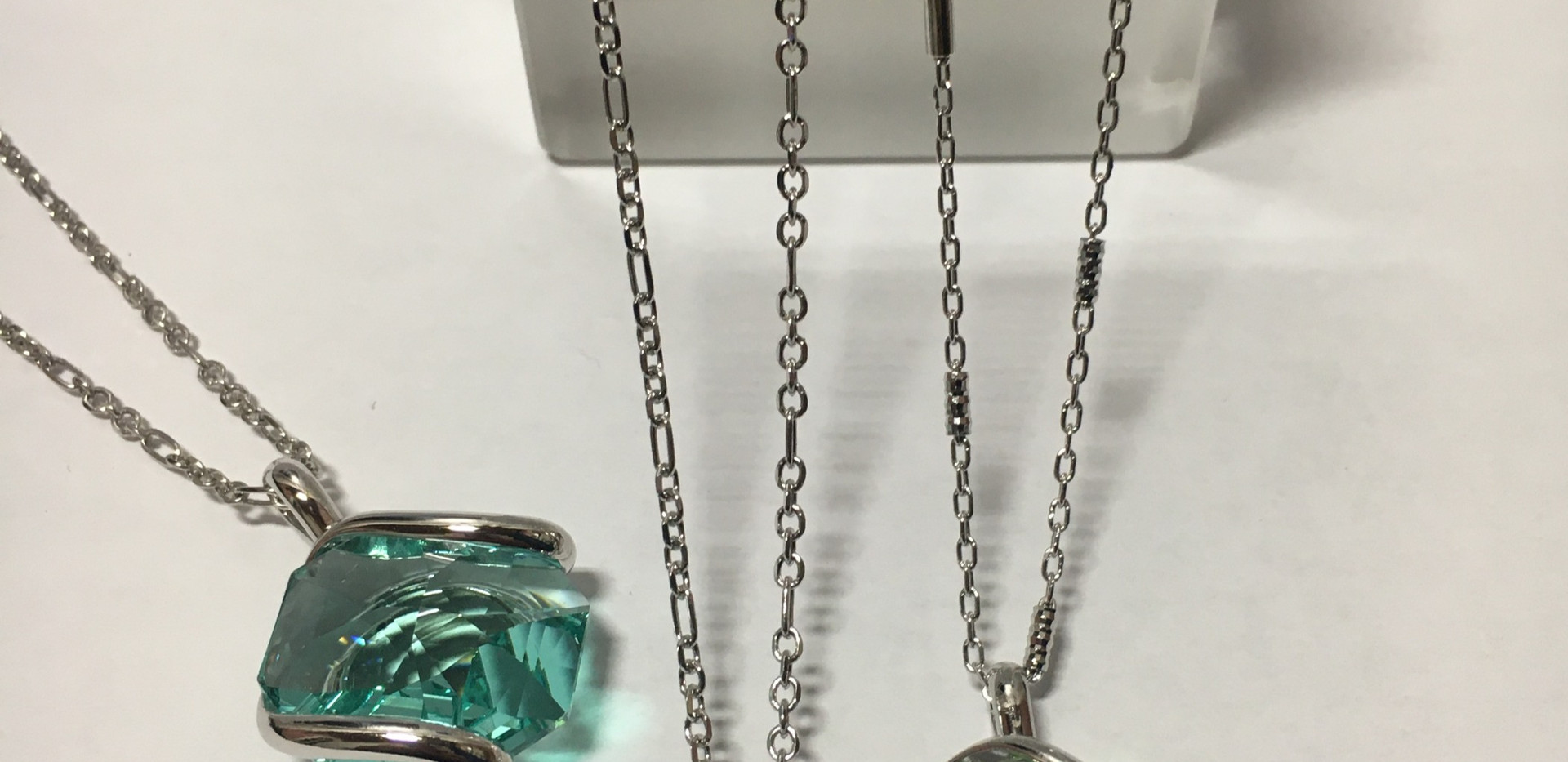 Colliers assortis, chaine et pendentif. 70€-80€