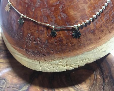 Collier asymétrique pendentif fleur, et maille petite boule; plaqué or jaune.