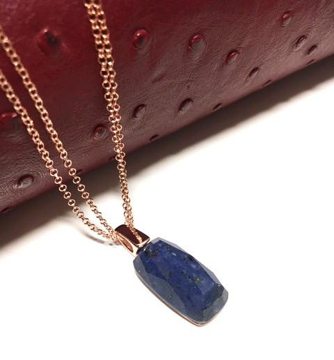 Collier pierre facettée DUMORTIRITE. Chaine double plaqué or rose. 160€