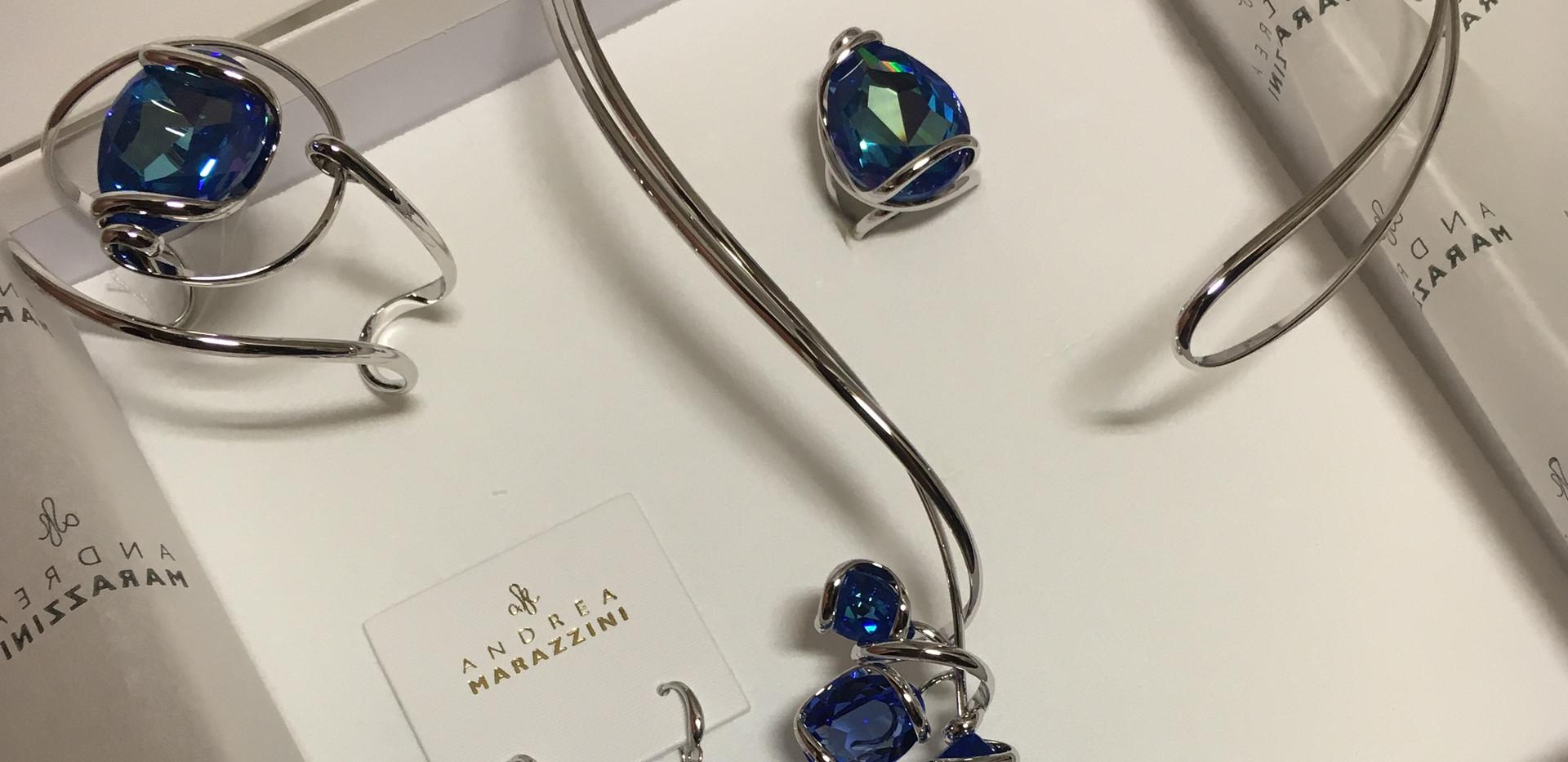 Nouvelle couleur cristal swarovski, parure collier bracelet rigide, bague et boucle oreille.