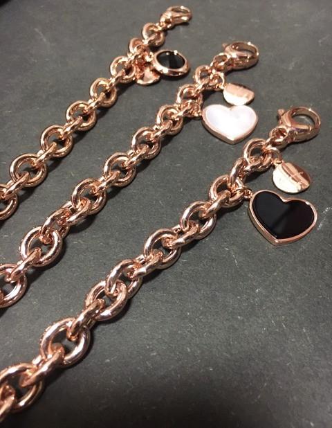 Bracelet maille plaqué or rose pendentif coeur, nacre et onyx.  Colliers assortis.  120- 150€