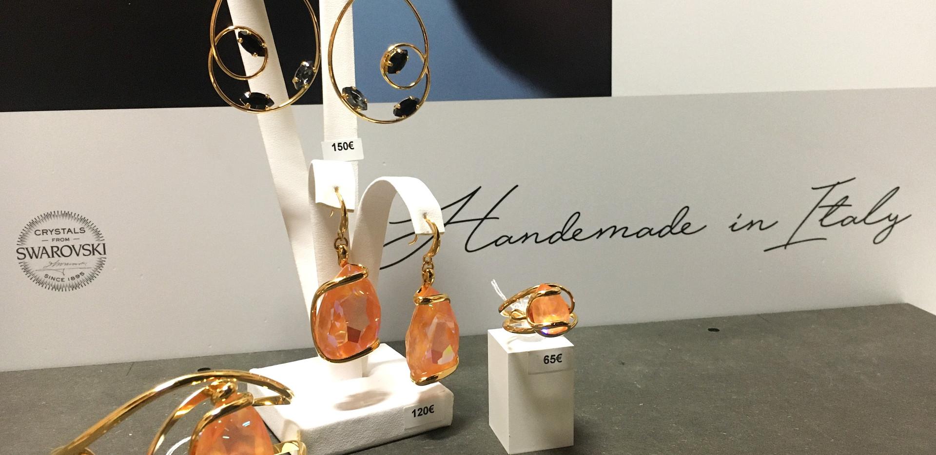 Andrea Marazzini  Collection plaqué or Boucle oreille cristaux navettes noir 165€  Boucle oreille et bracelet cristaux orange poire.