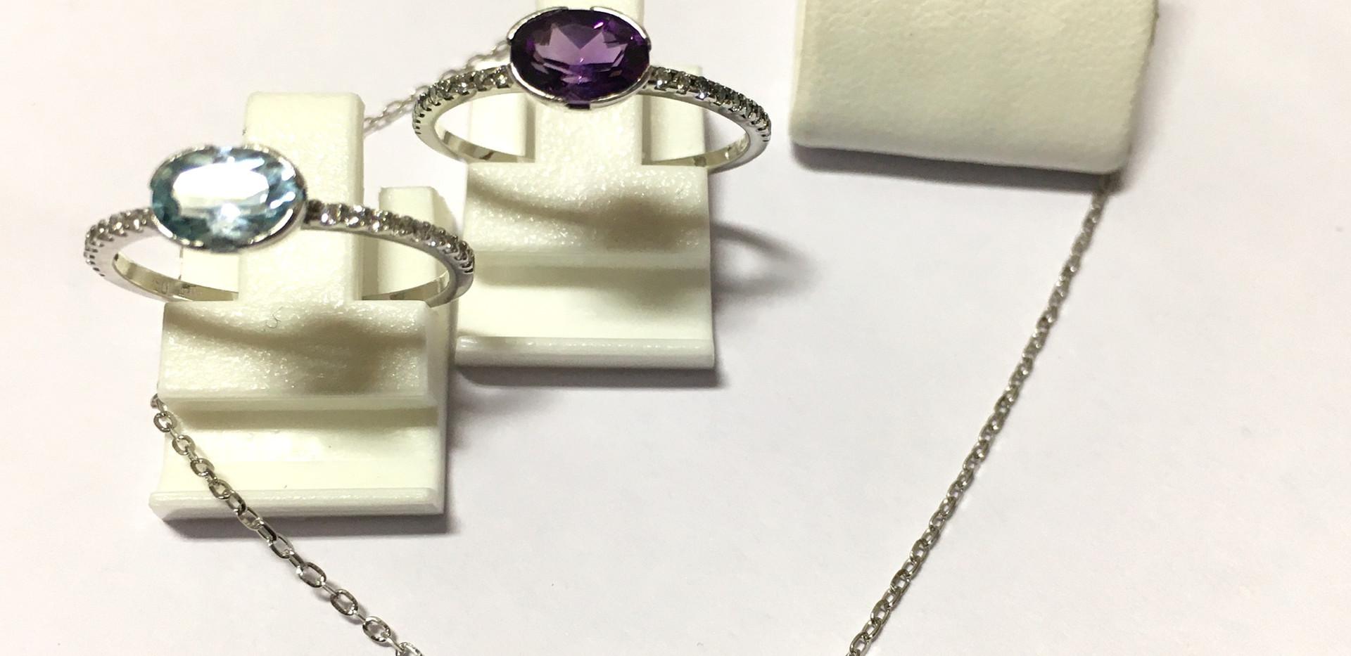 Sélection pierres fines, topaze, améthyste, accompagné de diamants, monture or blanc 750. Collier, bague et boucle oreille.