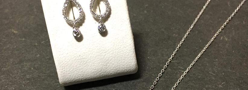 Parure minimaliste, véritable raffinement, diamants & or blanc 750. New