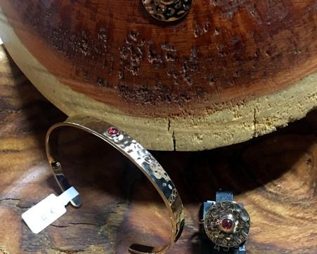 Parure complète plaqué or jaune, martelé, grenat. Bague 45€ Boucle oreille 65€ Bracelet rigide 85€ souple 65. Collier 85€.