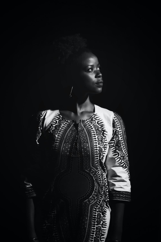 Foto de uma mulher negra, forte