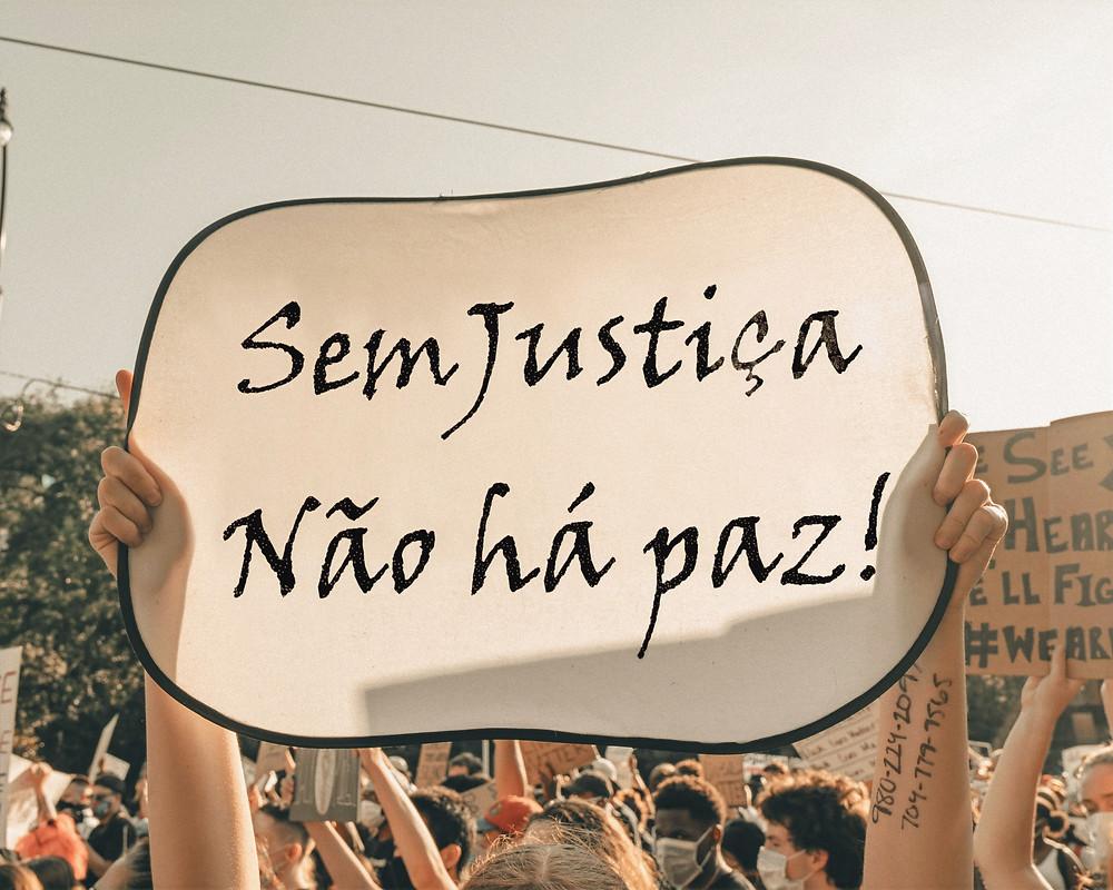 """Cartaz com os dizeres """"Sem Justiça não há paz"""""""