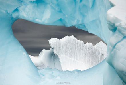 Vue d'un iceberg à travers un autre iceberg