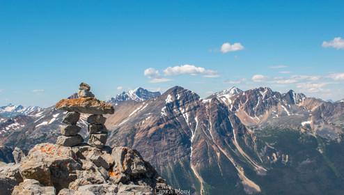 Inukshuk montrant le chemin vers le sommet d'Edith Cavell Meadows