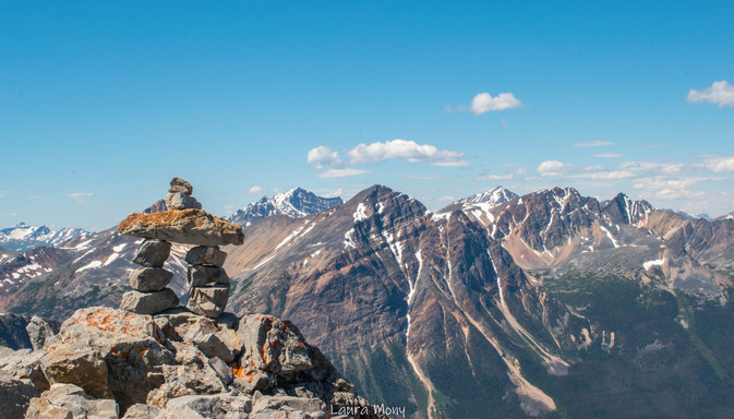 Inukshuk montrant le chemin vers le sommet d'Edith Cavell Meadows