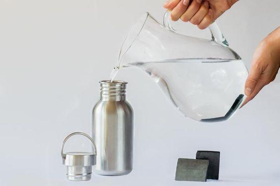 Agua filtrada con carbón activado de cascara de coco