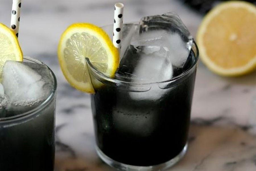 Limonada-con-carbón-activado-de-coco