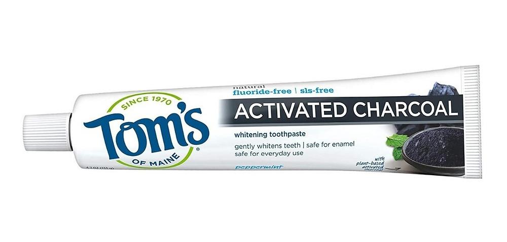 ¿Es segura la crema dental de carbón activado?