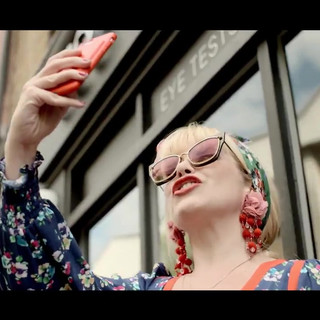 Paloma Faith recently did some filming with @UK_Transitions about why she loves wearing glasses and how their lenses have made her life so much easier. #transitions #transitionslenses #lightundercontrol #stylecolours #glasses #lightintelligentlenses #ad