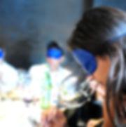 אישה מריחה יין בסנדה של רוני ססלוב