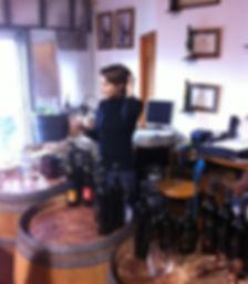 רוני טועמת יין ביקב ססלוב