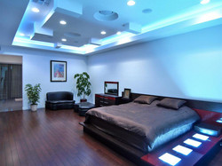 2-elegant-modern-bedroom-decor-futuristic-smart-light-blue-ceiling.jpg