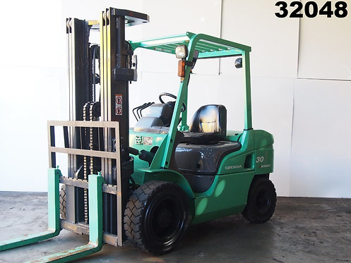 Green Mitsubishi FD30NT 3 ton forklift side view