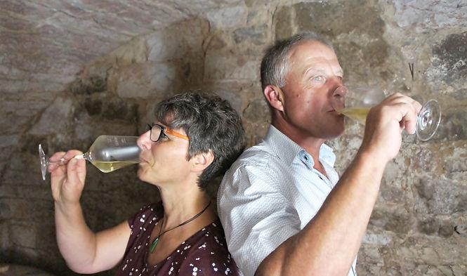 Moni und Martin Baum trinken Weiß-Wein