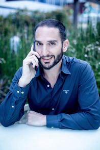 דביר בשן משוחח בטלפון עם לקוח מרוצה