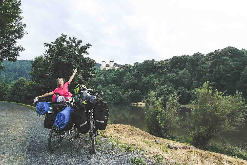bicyklistka a dva naložené bicykle na ceste do Chorvatska