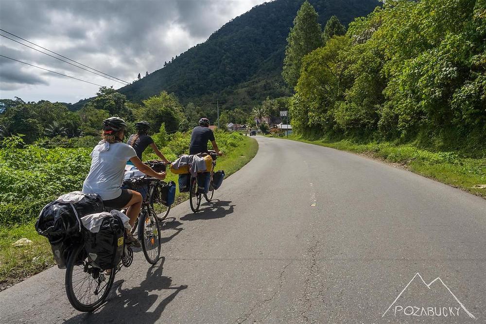 traja bicyklisti na ceste cez slovinsko