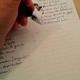 Icône pour la section blogue: main qui écrit un texte.