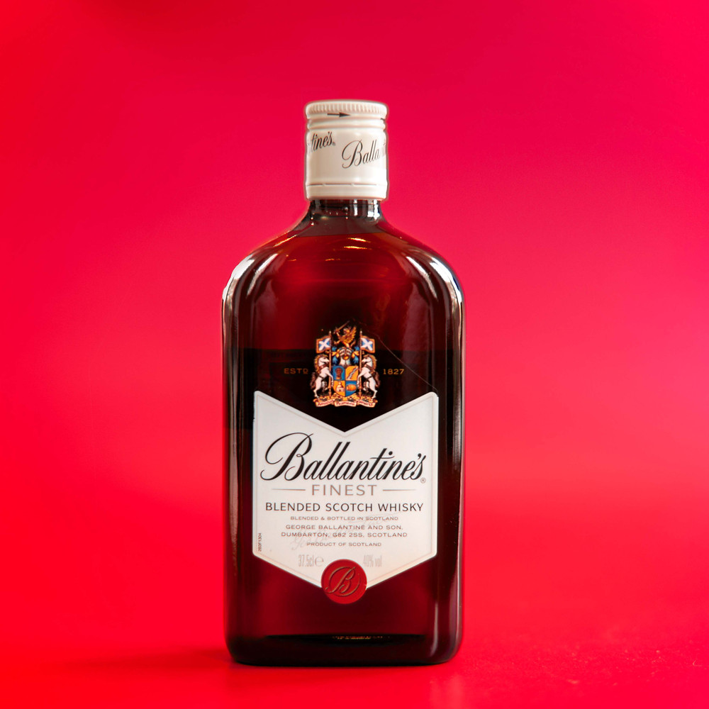Виски Ballanties, Фото Ballanties, Красный фон с виски