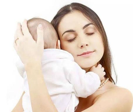 Cómo sujetar a tu bebé recién nacido en brazos