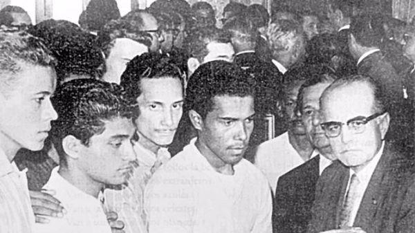 Dr. Carlos Russell en una foto histórica, en la que entrega al ex presidente Roberto F. Chiari, la bandera rota por los estadounidenses, el 9 de Enero de 1964.