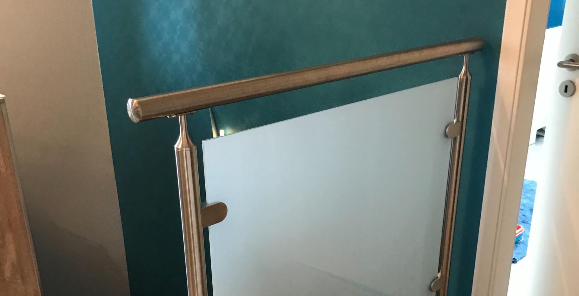 Geländer aus Edelstahl und Milchglas