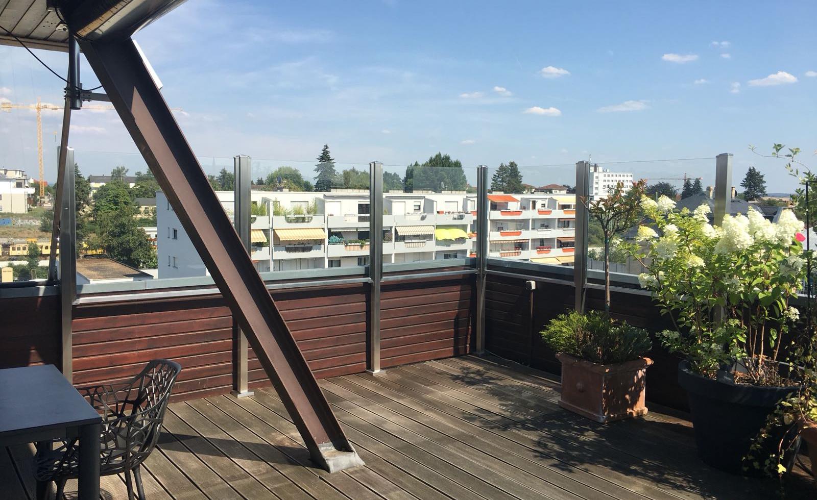 Windschutz aus Glas und Edelstahl für Loftterrasse