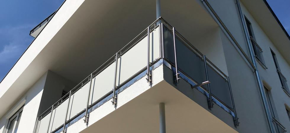 Blickdichtes Geländer aus Edelstahl und Trespa