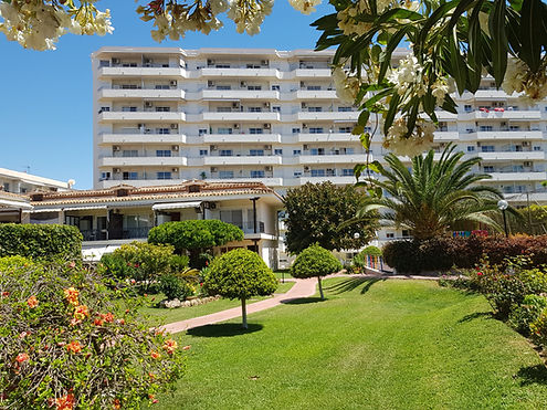 This beach apartment is located in the perfect position next to the beach. Beautiful complex with 3 communal swimming pools and large gardens