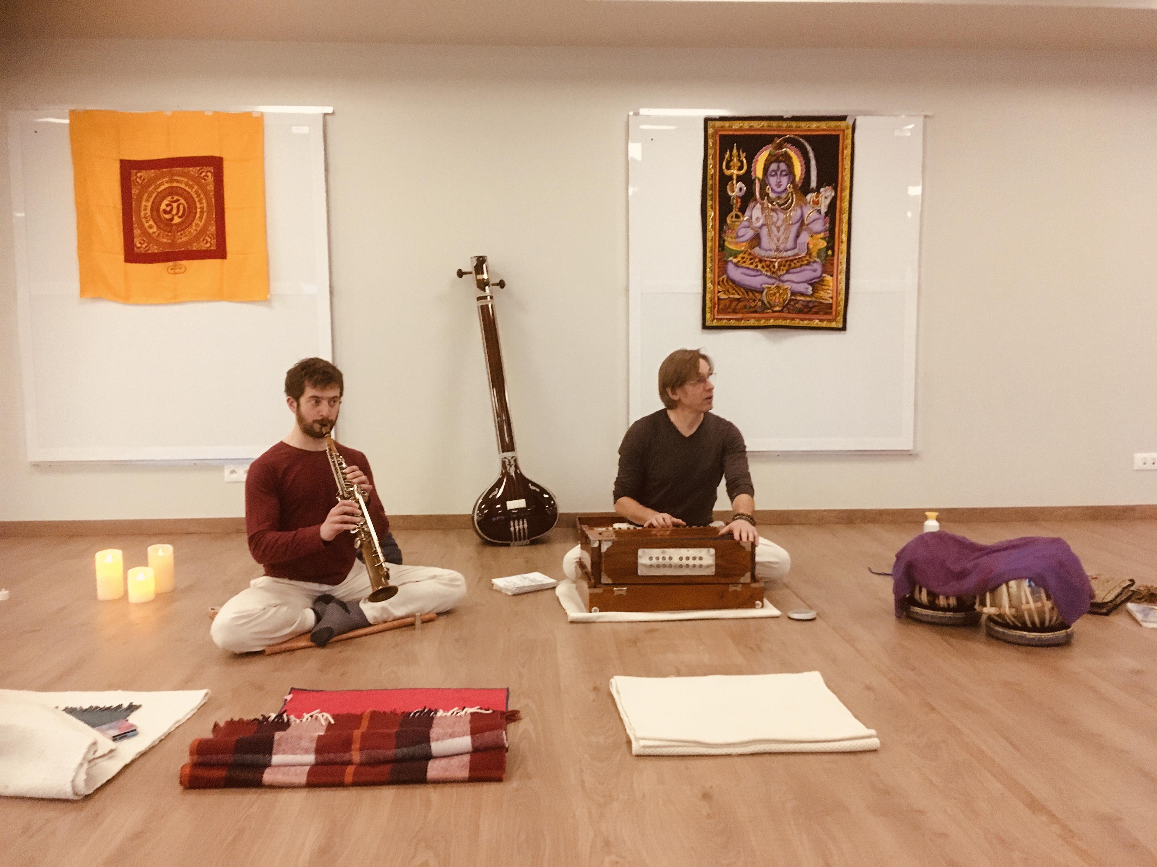Ramdas (sax) en Eknath (harmonium) maken zich klaar voor de kirtan.