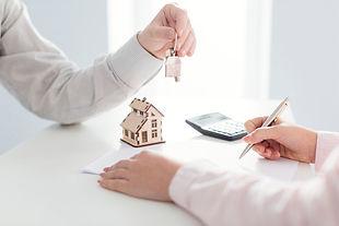 agente-inmobiliario-firma-cliente_23-214