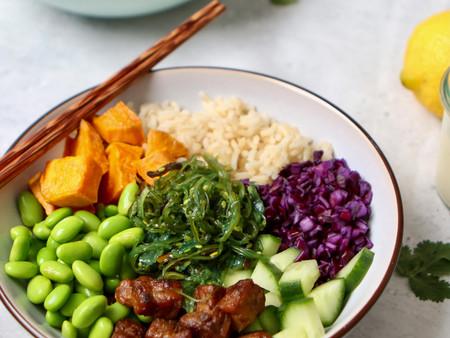 Kleurrijke sushi bowl met tempeh