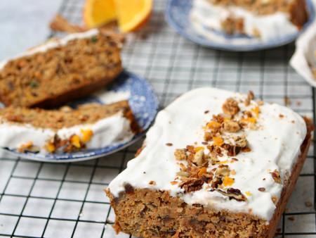 Gezondere carrotcake met kokos frosting en granola vulling