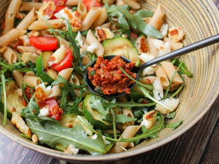 Glutenvrije pasta salade met zongedroogde tomaten tapenade