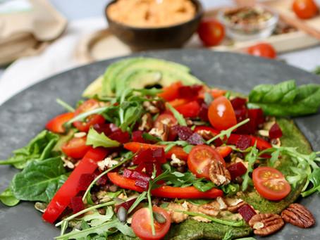 Glutenvrije spinaziepannenkoek met hummus & avocado