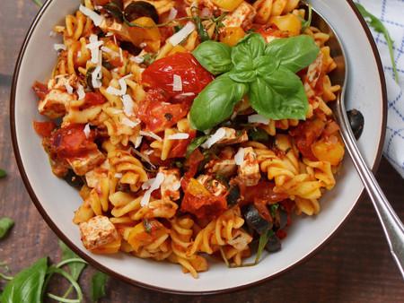 Vegetarische pasta in zelfgemaakte rode saus