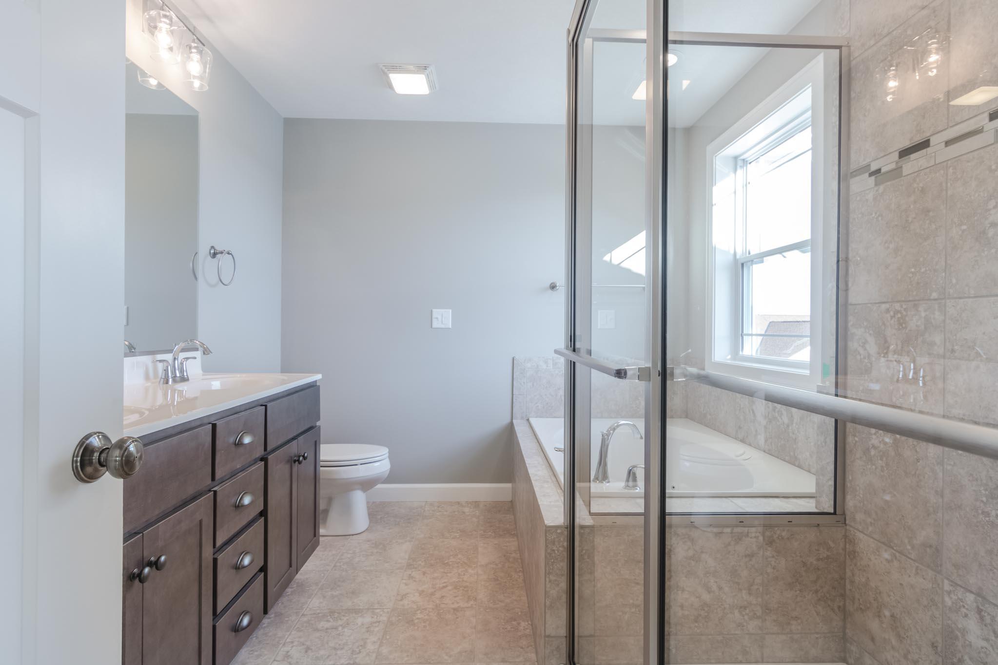 1815 Pfitzer master bath in Normal IL home for sale
