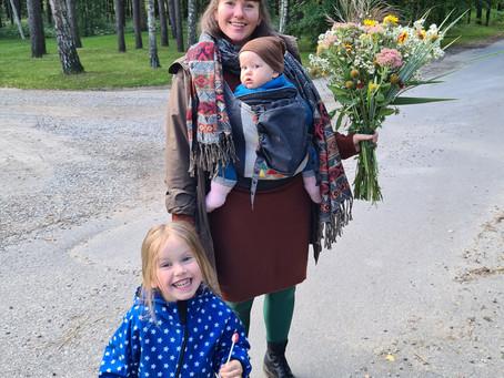 Noras atsiskirti ir būti šalia - dvigubos motinystės dvigubas dvilypumas