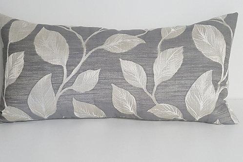 Coussin motif feuilles endos lin naturel 12po x 24po