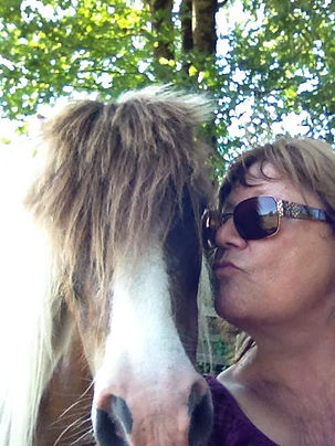 Image of Arleen and horse at H3-HopeHorsesNHeroes for veterans with PTSD