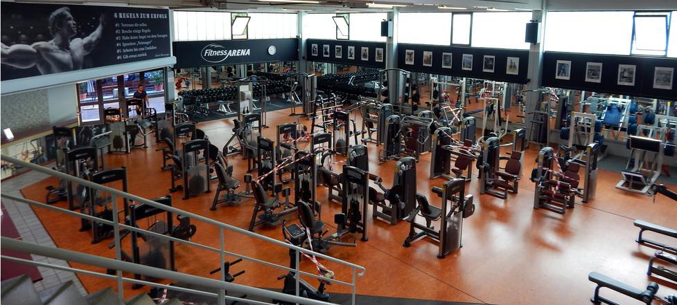 über 200 Trainingsgeräte  -  auf 2 Ebenen und mehrere Räume verteilt - alle Geräte in ausreichender Anzahl - für wenig Wartezeiten