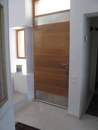Μεταλλική παρέμβαση σε πόρτα/Door detailing